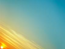 与线性云彩的美丽的天空在日落时间 免版税库存照片