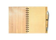 与线的特写镜头表面棕色笔记本在与在白色背景隔绝的棕色笔的页 库存图片