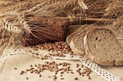 与组的构成谷物和面包 免版税库存照片