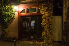 与细节的历史框架门面在11月晚上 免版税图库摄影