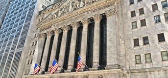 与经典专栏和美国的老建筑学和五颜六色的旗子的纽约,华尔街证券交易所  库存照片