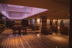 与经典家具的黑暗的豪华旅馆室内设计 库存图片