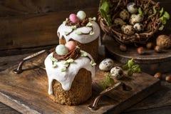 与结冰的传统甜复活节蛋糕 免版税库存图片