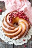 与结霜的美味的bundt蛋糕 免版税库存照片