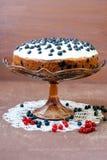 与结霜的越桔蛋糕 免版税库存照片