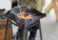 与绕的火铁匠伪造手工制造被烧的金属 免版税库存照片