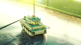 与继续前进戏剧板的伪装的无线电操纵的比例模型坦克 影视素材