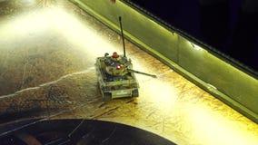 与继续前进戏剧板的伪装的比例模型miltary坦克 股票视频