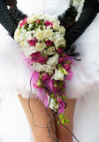 与绯红色和空白玫瑰的婚礼花束 图库摄影