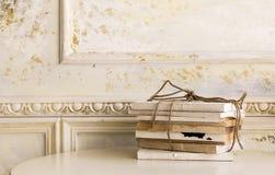 与绳索的旧书在角落的木桌上 免版税库存照片