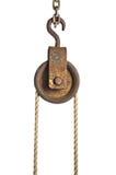 与绳索的老滑轮 免版税库存图片