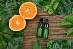 与维生素C萃取物,有新橙色切片的化妆吸管瓶容器的化妆用品skincare 库存图片