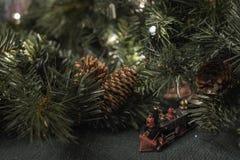 与绿叶和玩具火车的圣诞节显示 库存照片