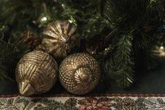 与绿叶和金球的圣诞节主题的背景 库存照片