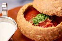 与绿叶的开胃甜菜根汤 库存照片