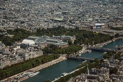 与绿叶的盛大和小的Palais在一个晴天,看从艾菲尔铁塔上面在巴黎 库存照片