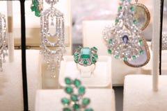 与绿宝石和金刚石的华美的昂贵的圆环 免版税库存图片