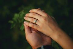 与绿宝石的婚戒 库存图片