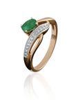 与绿宝石的金戒指 免版税图库摄影