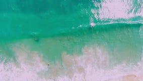 与绿松石海洋和波浪,鸟瞰图的热带海滩 股票视频