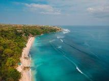 与绿松石海洋的美丽的沙子海滩在巴厘岛,空中寄生虫射击 图库摄影