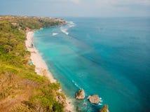 与绿松石海洋的美丽的海滩在巴厘岛,空中寄生虫射击 库存照片