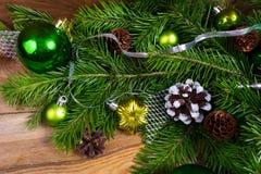 与绿色中看不中用的物品、冷杉和杉木锥体的圣诞节背景 库存照片