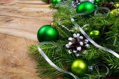 与绿色中看不中用的物品的圣诞节背景和雪装饰了杉木 免版税图库摄影