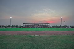 与绿色叶子的体育场大厦 库存照片
