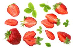 与绿色叶子的在白色背景隔绝的草莓和切片 顶视图 库存图片