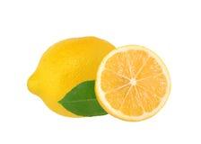 与绿色叶子的新鲜的水多的柠檬 免版税库存照片
