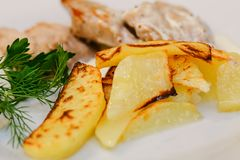 与绿色和猪肉的开胃油煎的土豆 库存照片