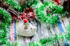 与绿色和红色诗歌选特写镜头的圣诞节玩具白色猬 免版税库存图片