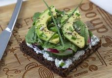 与绿色和鲕梨的新鲜的素食三明治 库存图片
