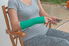 与绿色在手边被熔铸的和胳膊的伤害妇女佩带的sportsware, 图库摄影