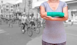 与绿色在手边被熔铸的和胳膊的伤害妇女佩带的sportsware 库存照片