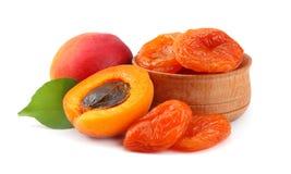 与绿色在白色背景裁减路线隔绝的叶子和杏干的杏子果子 库存图片