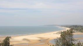 与绿色密林的黄色沙滩海洋的背景的在天空蔚蓝鸟瞰图下的 影视素材