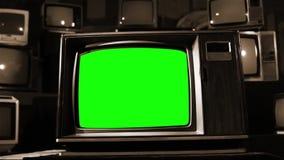 与绿色屏幕的老电视有许多80S电视的 乌贼属口气 移动式摄影车 影视素材