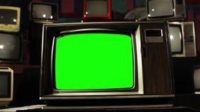 与绿色屏幕的葡萄酒80S电视 对颜色的乌贼属口气 放大 股票录像
