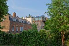 与绿色常春藤的砖瓦房在Bankside在伦敦英国 库存照片
