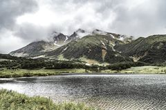 与绿色平原和湖的风景堪察加半岛的,俄罗斯 库存照片