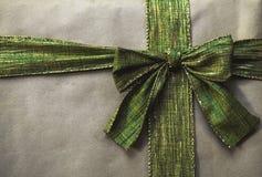 与绿色弓的布朗包裹 库存照片
