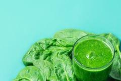 与绿色新鲜的圆滑的人的玻璃从叶茂盛绿色菜果子 苹果香蕉猕猴桃夏南瓜疏散菠菜叶子 库存图片