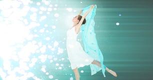 与绿色板料和发光的闪耀的光的妇女跳舞 库存图片