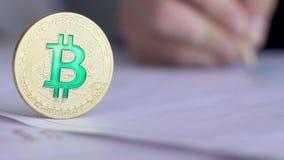 与绿色标志的金币bitcoin特写镜头在企业手背景  影视素材