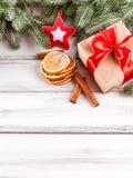 与绿色树、锥体、手工制造毛毡装饰、桔子和桂香的圣诞节横幅在白色木背景 空的空间fo 免版税库存图片