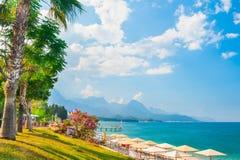 与绿色树的美丽的海滩在凯梅尔,土耳其 库存照片