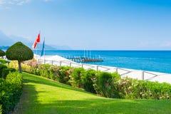 与绿色树的美丽的海滩在凯梅尔,土耳其 库存图片