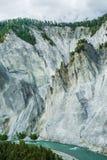 与绿色森林的剧烈和坚固性落矶山峭壁和 库存照片